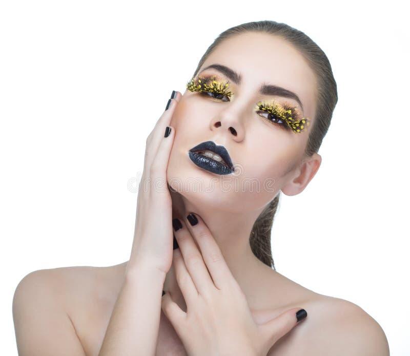 Femme de beauté avec de longues mèches jaunes et lèvres noires image libre de droits