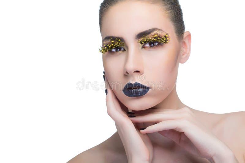 Femme de beauté avec de longues mèches jaunes et lèvres noires photographie stock libre de droits