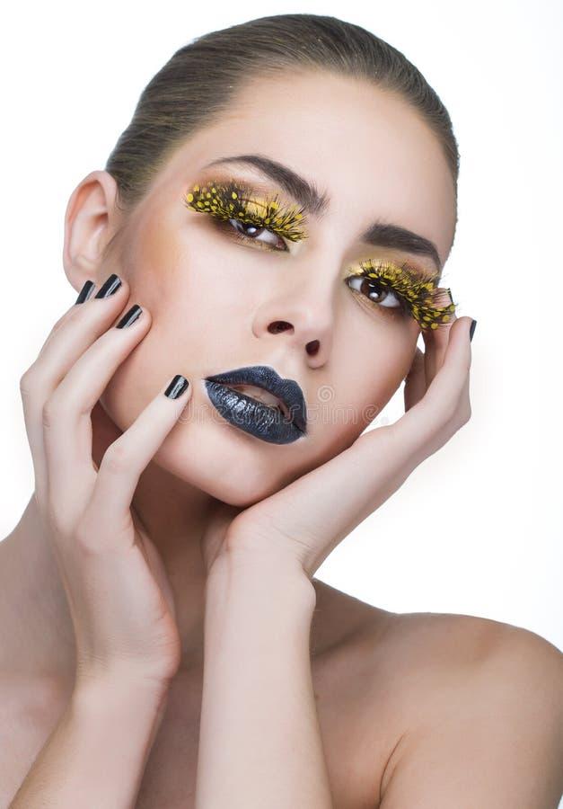 Femme de beauté avec de longues mèches jaunes et lèvres noires photos libres de droits