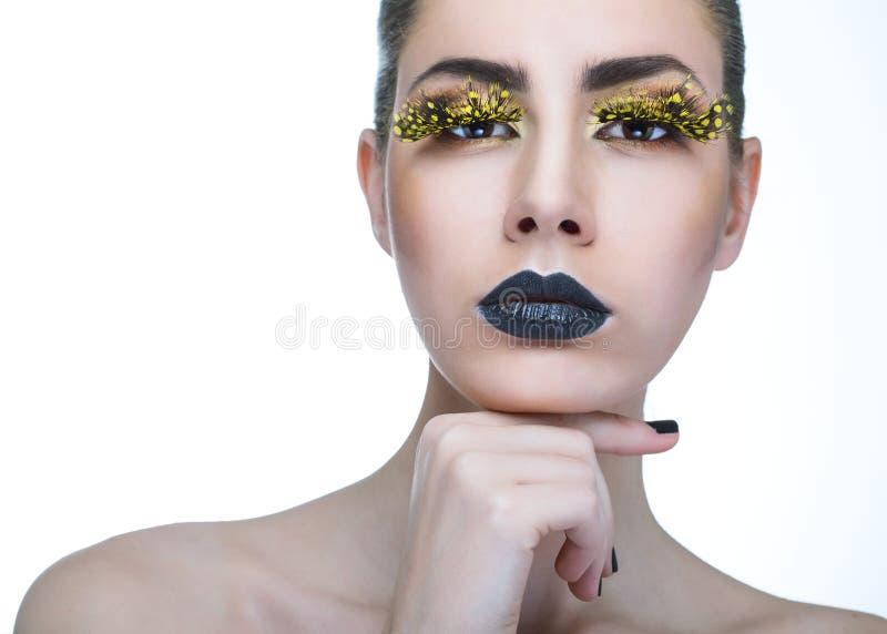 Femme de beauté avec de longues mèches jaunes et lèvres noires photographie stock