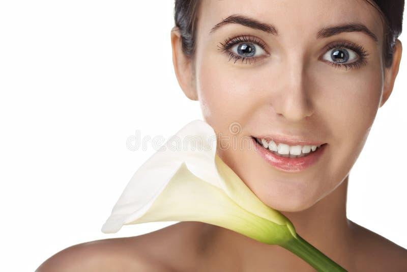 Femme de beauté avec la fleur images libres de droits