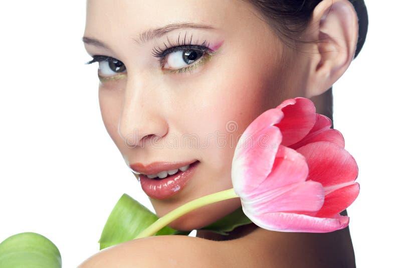 Femme de beauté avec la fleur image libre de droits