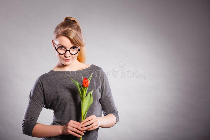 Femme de beauté avec la fleur de tulipe image libre de droits