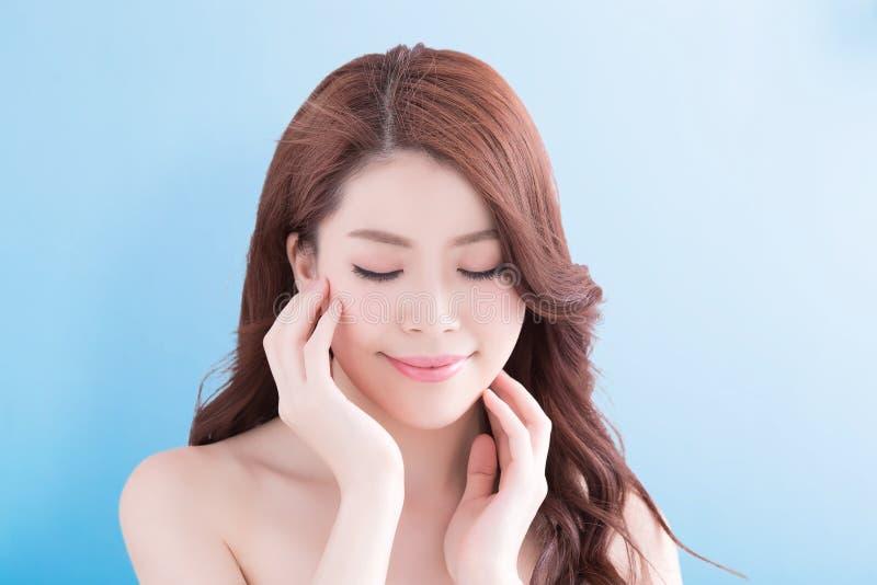 Femme de beauté avec la peau de santé image stock