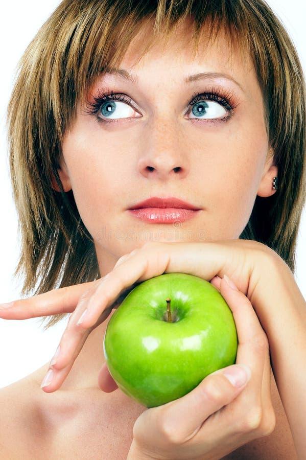 Femme de beauté avec la pomme image stock