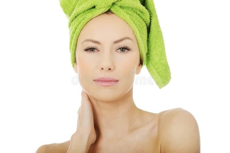 Femme de beauté avec la serviette de turban image libre de droits