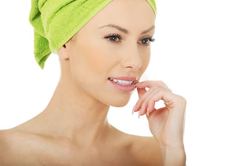 Femme de beauté avec la serviette de turban photos stock
