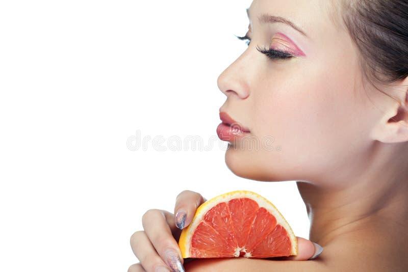 Femme de beauté avec le fruit photos stock