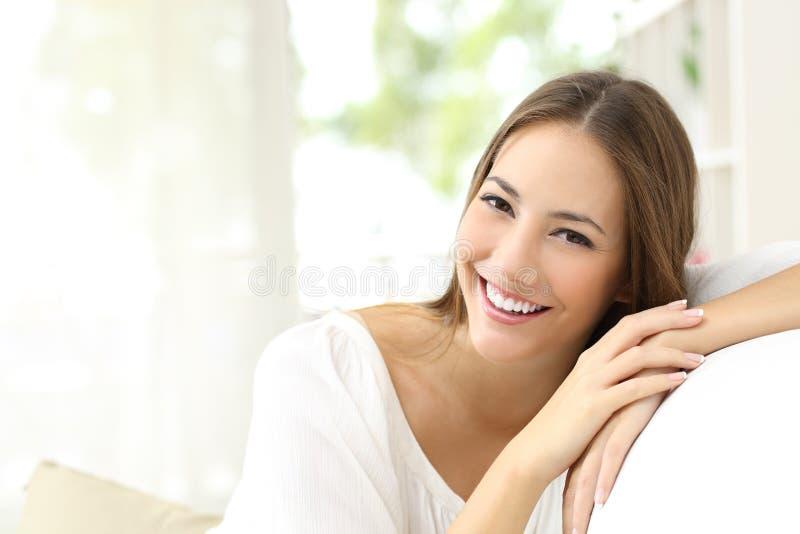 Femme de beauté avec le sourire blanc à la maison photo stock