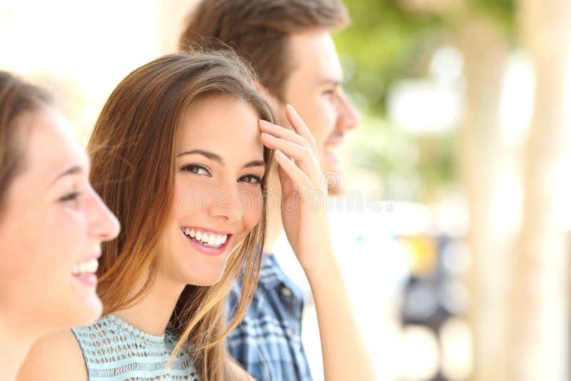 Femme de beauté avec le sourire blanc avec des amis photo libre de droits