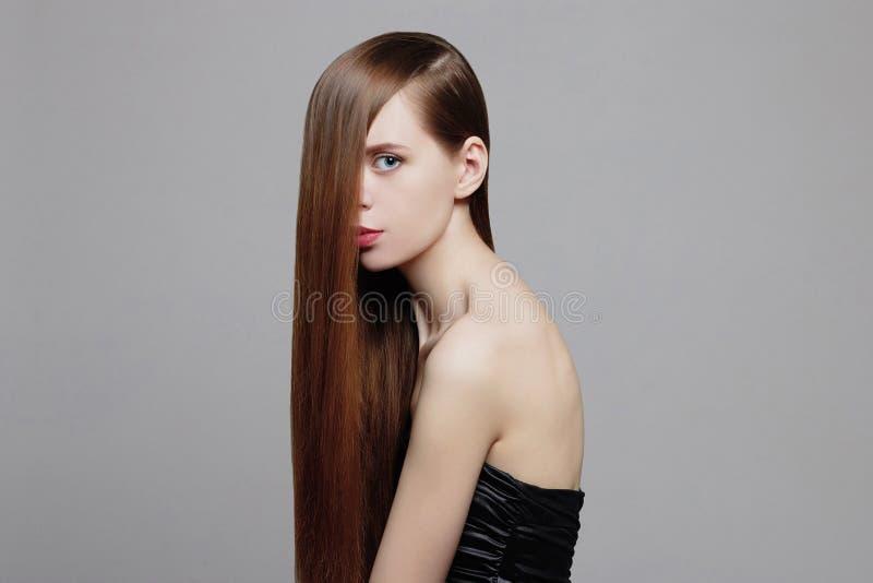 Femme de beauté avec les cheveux sains de Brown photos libres de droits