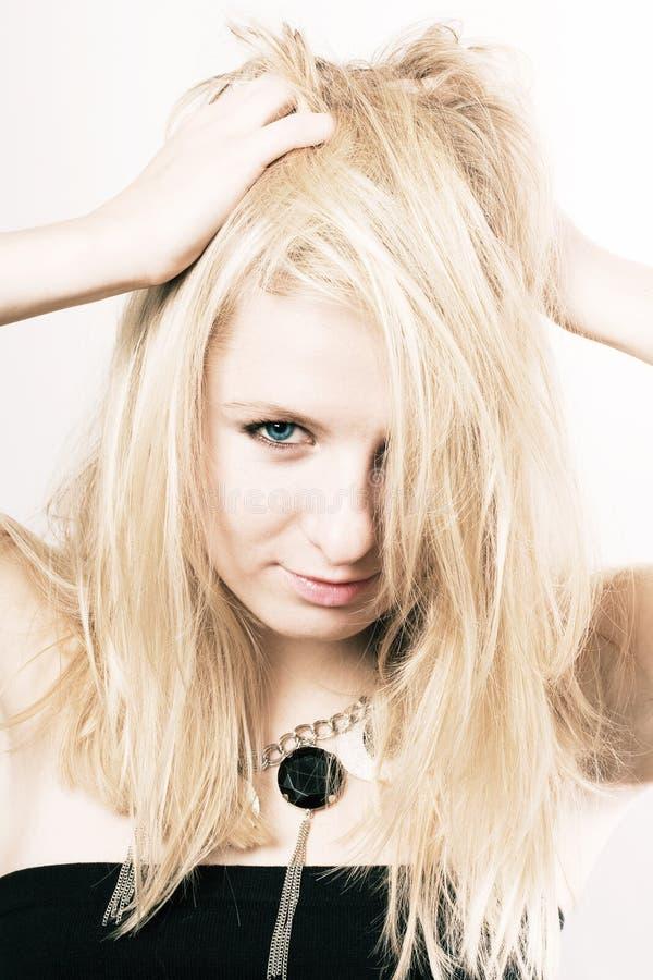 Femme de beauté avec les poils blonds images stock