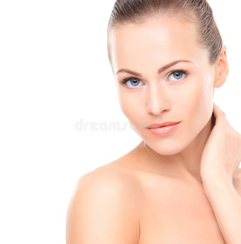 Femme de beauté. Belle jeune femelle touchant sa peau image stock