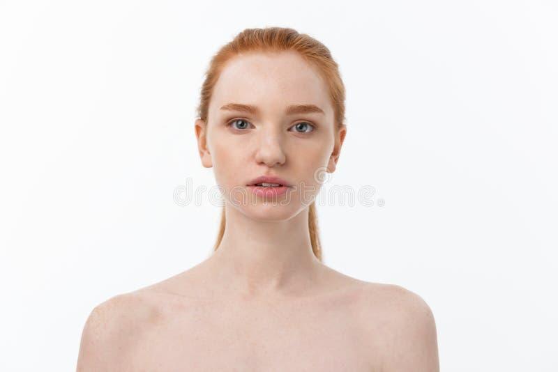 Femme de beauté Belle jeune femelle touchant sa peau Portrait d'isolement sur le fond blanc Soins de santé Peau parfaite photos stock