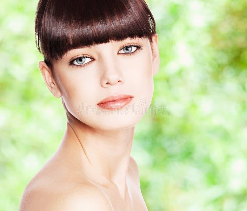 Femme de beauté contre le vert photographie stock