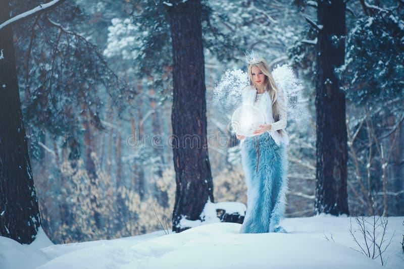 Femme de beauté d'hiver Belle fille de mannequin avec la coiffure et le maquillage de neige dans le maquillage et la manucure de  images libres de droits