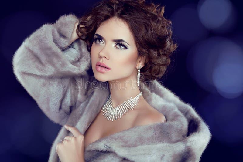 Femme de beauté d'hiver dans Mink Fur Coat de luxe. image stock
