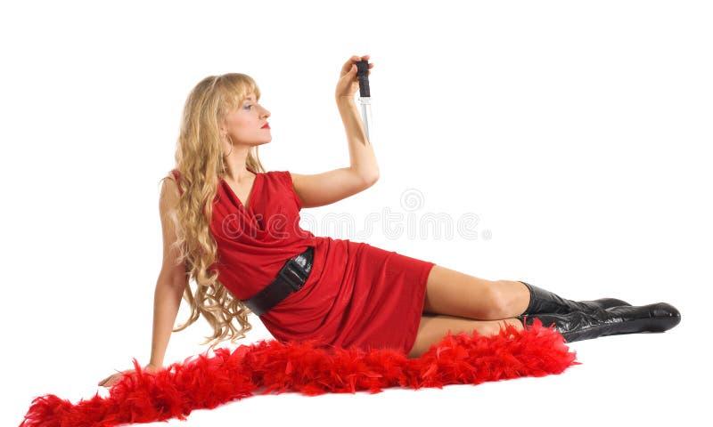 Femme de beauté dans la pièce rouge avec la lame images stock