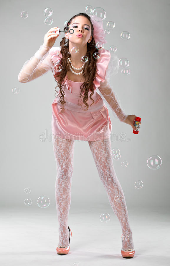 Femme de beauté dans la robe rose photo stock