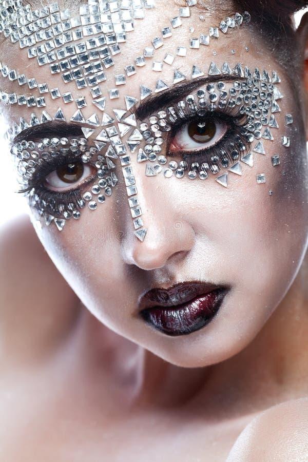 Femme de beauté dans le renivellement futuriste photographie stock libre de droits