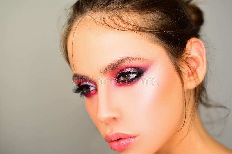 Femme de beauté dans le studio sur le fond gris Portrait en gros plan Mode, beauté, cosmétiques Maquillage, peau lisse images libres de droits