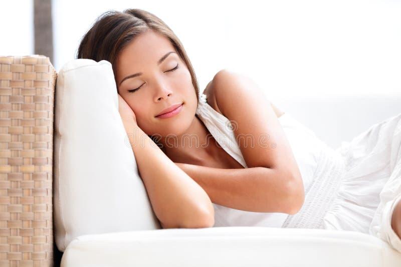 Femme de beauté de sommeil sur le sofa - dormez dans la robe images libres de droits