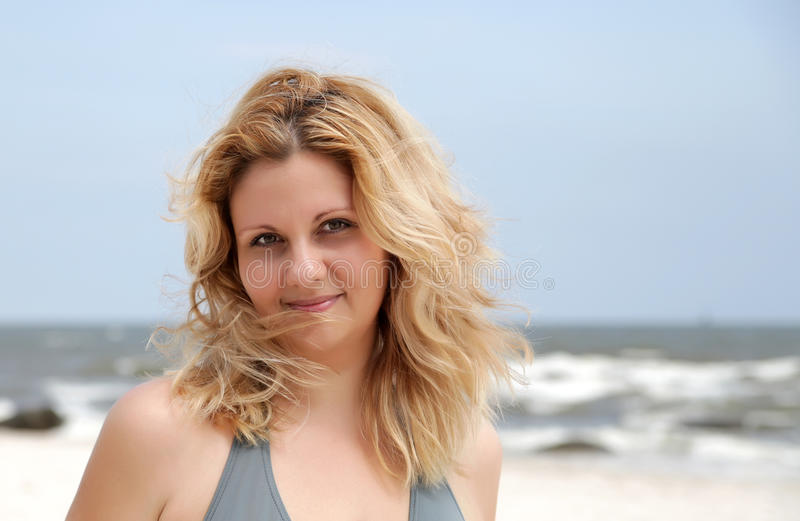 Femme de beauté de verticale sur la plage images libres de droits