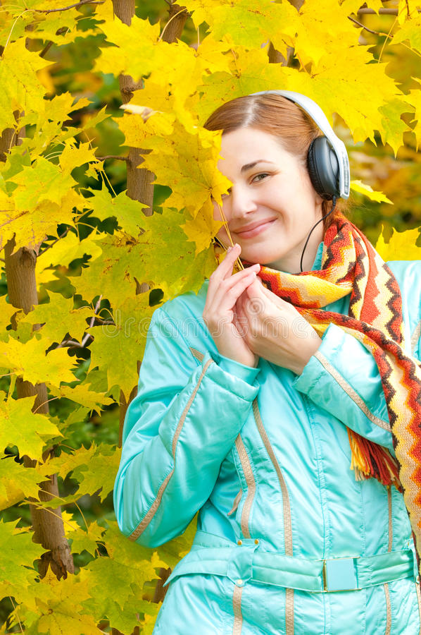 Femme de beauté en automne image libre de droits