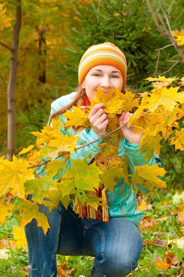 Femme de beauté en automne image stock