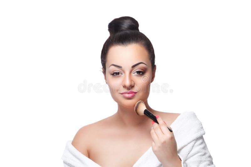 Femme de beauté mettant la poudre de visage dessus avec une brosse photos libres de droits