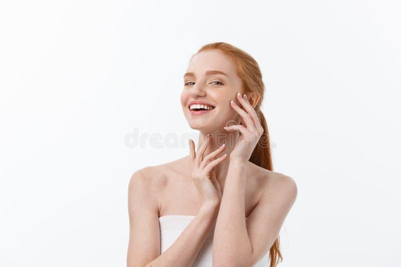 Femme de beauté de soin de peau affichant la paume vide avec l'espace de copie pour le produit Modèle femelle caucasien de sourir photo stock