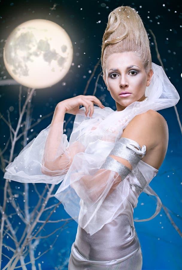 Femme de beauté sous la lune images stock