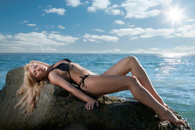 Femme de beauté sur la mer images libres de droits