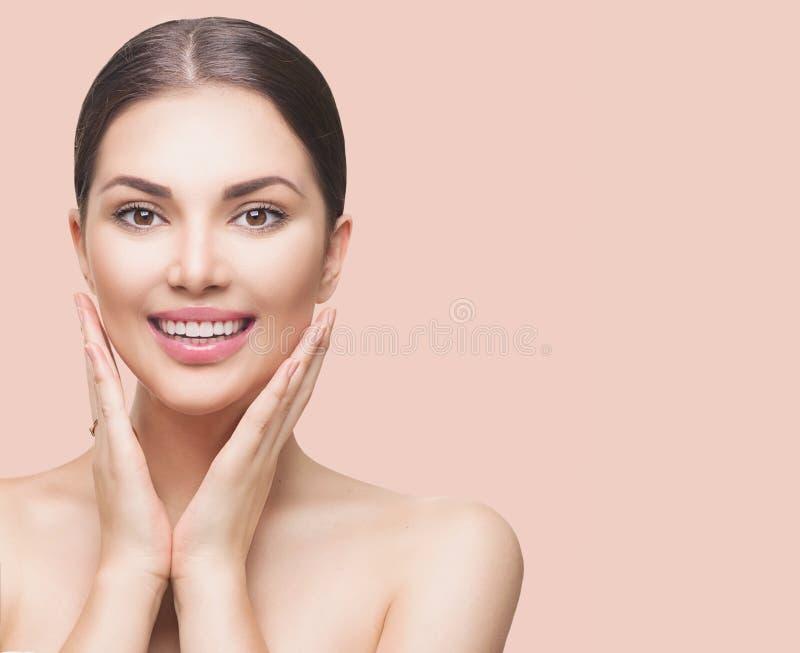 Femme de beauté touchant son visage et sourire image stock