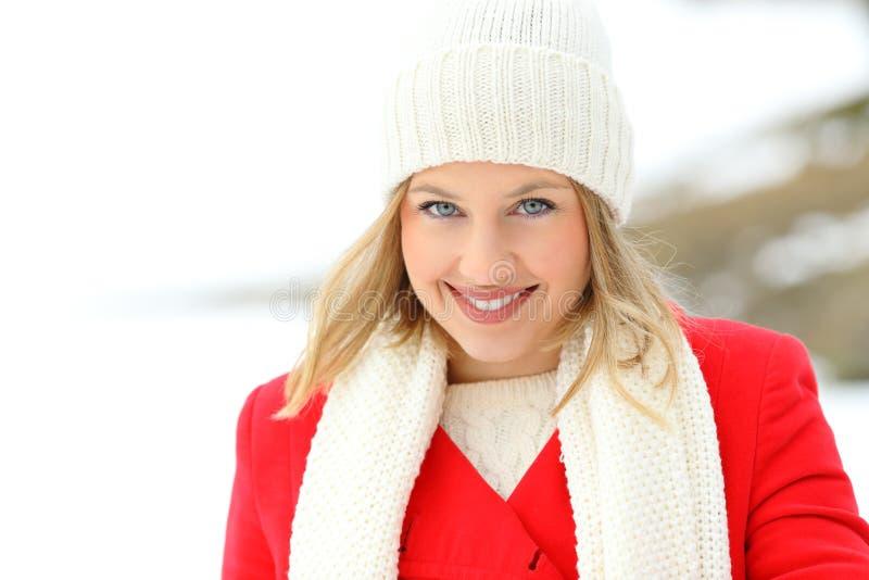 Femme de beauté vous regardant en hiver neigeux image libre de droits