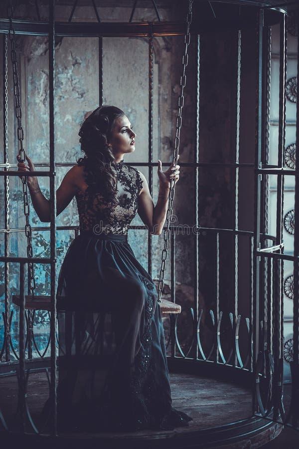 Femme de beaut? dans le palais Fille ?l?gante de mode luxueuse dans la cage photo stock