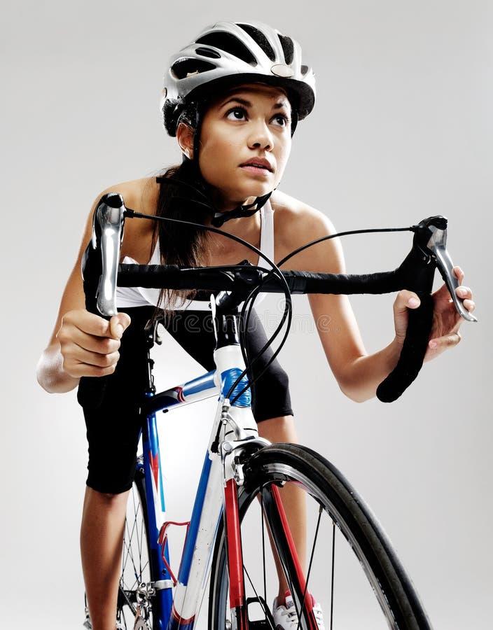 Femme de bicyclette d'emballage de route photo stock