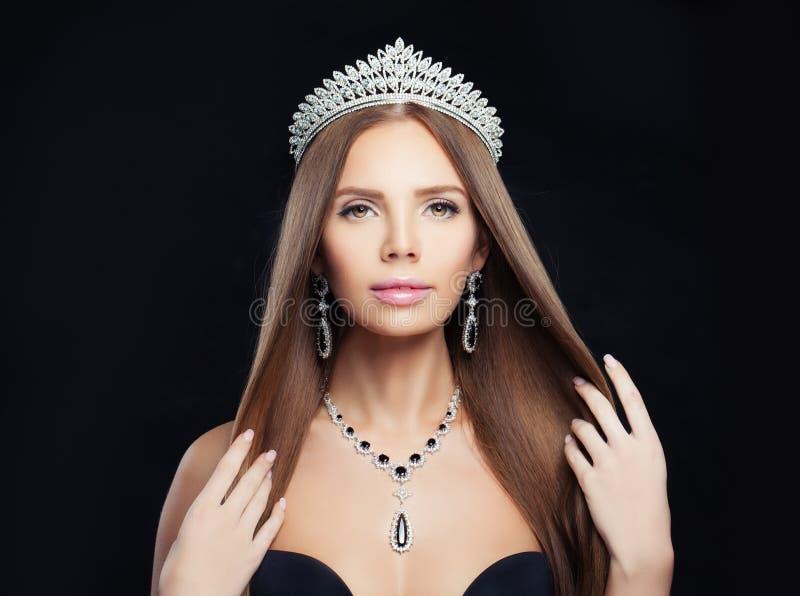 Femme de bijoux avec le collier de diamants, la couronne et les boucles d'oreille argentées images libres de droits