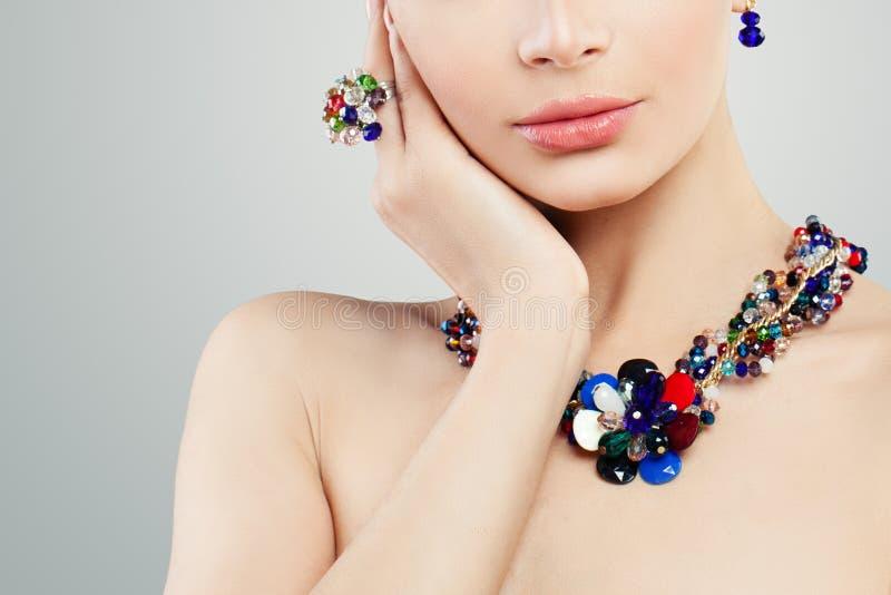Femme de bijoux Collier, anneau et portrait colorés de boucles d'oreille photos stock