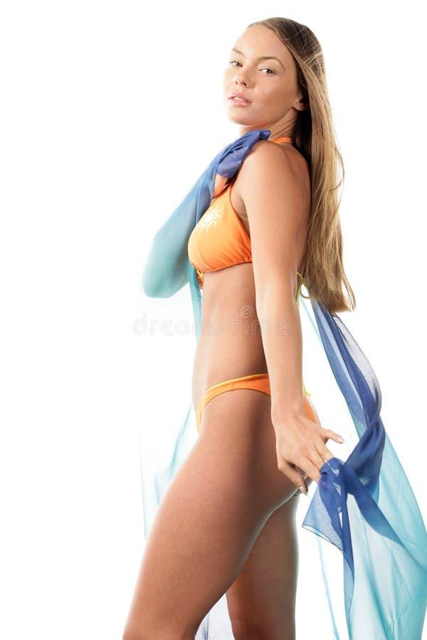 Femme de bikini avec le sarong image stock