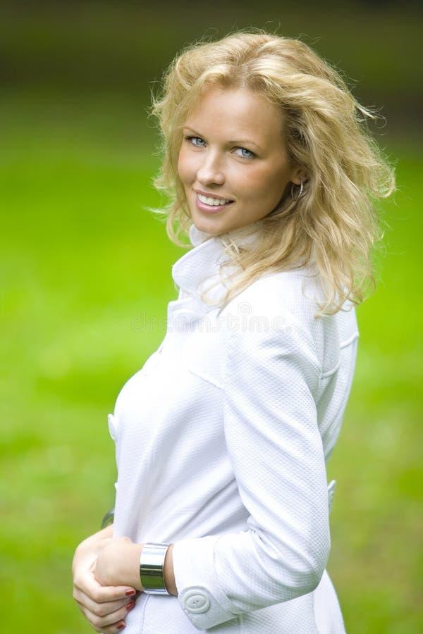 Femme de blonde de Smilling photographie stock libre de droits