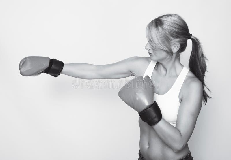 Femme de boxe en noir et blanc photos libres de droits