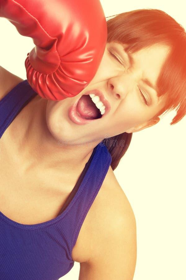 Femme de boxe obtenant perforée photographie stock