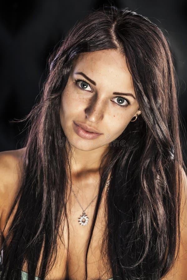 femme de brune avec le collier de diamants de port bronzage en bronze photos libres de droits