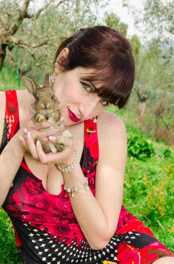 Femme de brune avec le lapin photographie stock