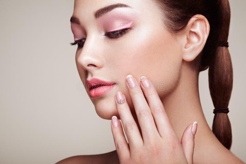 Femme de brune de beauté avec le maquillage parfait photo stock