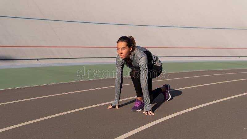 Femme de brune d'Independed se préparant à la course sur la voie de coureur photos stock
