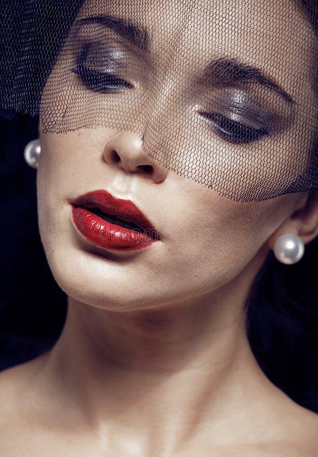 Femme de brune de beauté sous le voile noir avec la fin rouge de manucure, s'affligeant la veuve, maquillage de Halloween photos stock