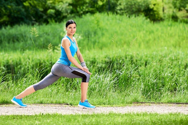 Femme de brune faisant étirant des exercices photographie stock libre de droits