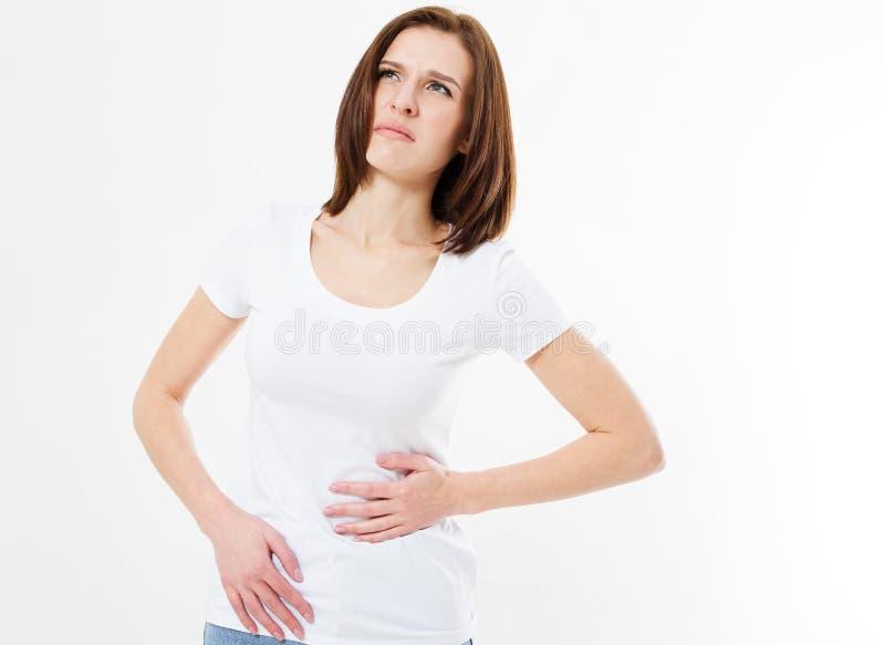 Femme de brune sur des crampes de côté de baie d'aubépine pendant la séance d'entraînement, cycle menstruel, fille de douleur image libre de droits
